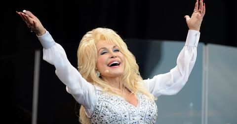 why-does-dolly-parton-always-wear-gloves-1573670939388.jpg