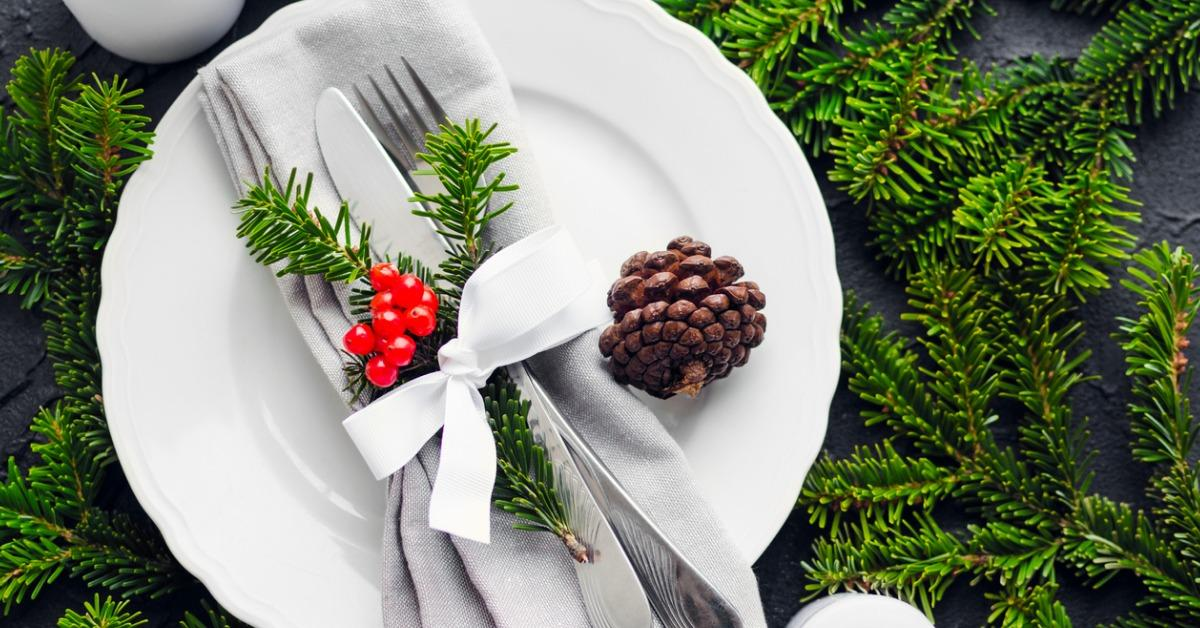 festive-place-setting-for-christmas-dinner-picture-id1051856042-1543610436782.jpg