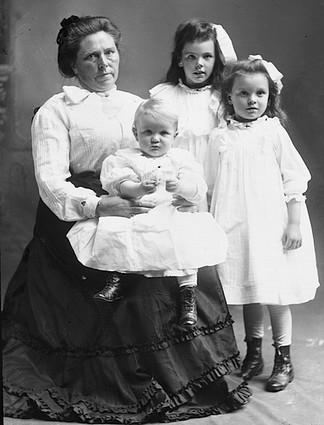 Belle_Gunness_with_children-1551990747714.jpg