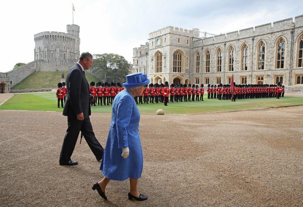 queen-elizabeth-royal-guard-1545160044257.jpg