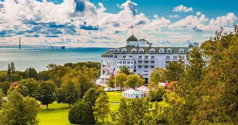 grand-hotel-mackinac-island-fall-view-governors-mansion-1150x400-1556823855530.jpg