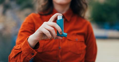young-woman-using-an-asthma-inhaler-outdoors-picture-id888221386-1551198648606-1551198650573.jpg