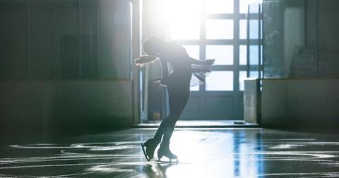 kaya-scodelario-ice-skating-1577998174168.jpg