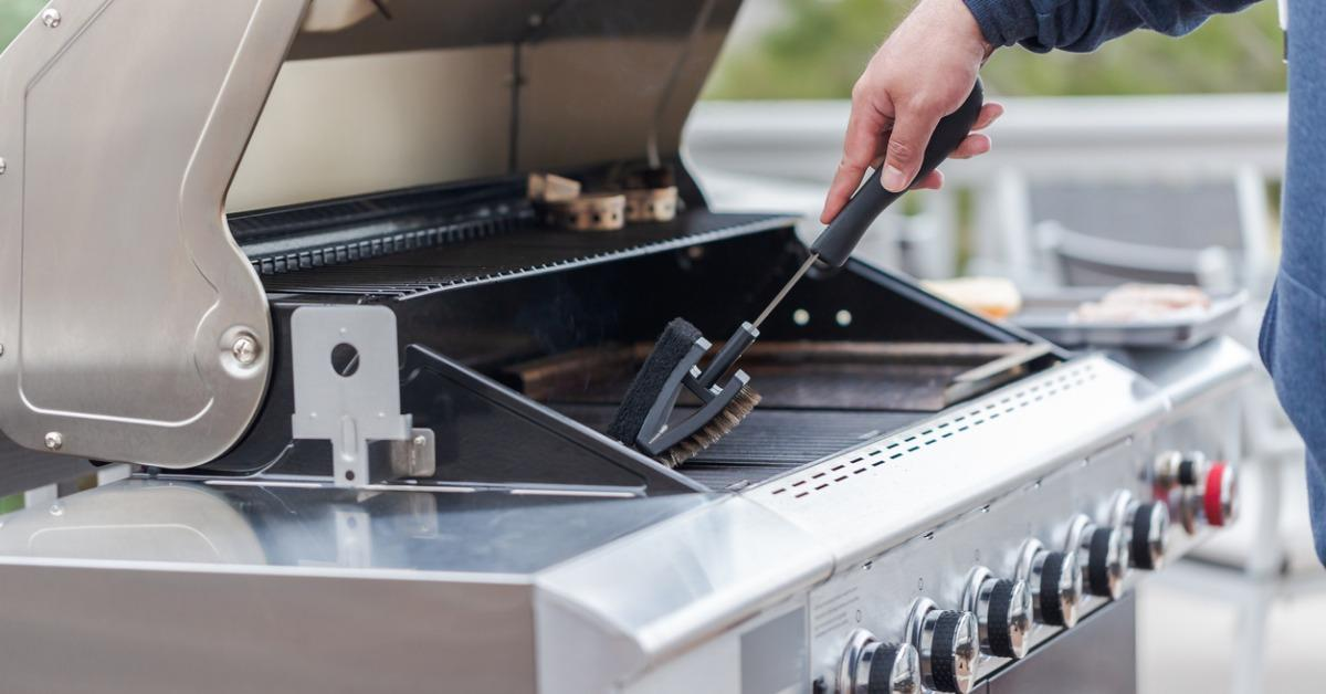 cleaning-outdoor-gas-grill-picture-id952039318-1548444874486.jpg