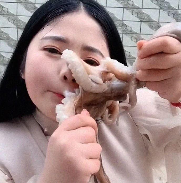 chinese-vlogger-eating-octopus-2-1557324425741.JPG