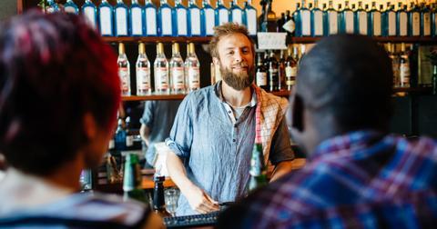 men-offering-women-drinks-4-1566325040306.jpg