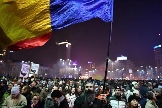 people-demonstrate-in-front-of-romanian-government-headquarters-against-controversial-decrees-to-par_99191_-1486575376193.jpg