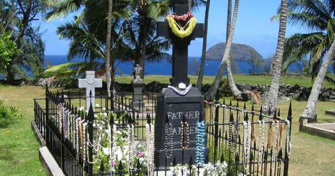 father-damien-grave-1556656491573.jpg
