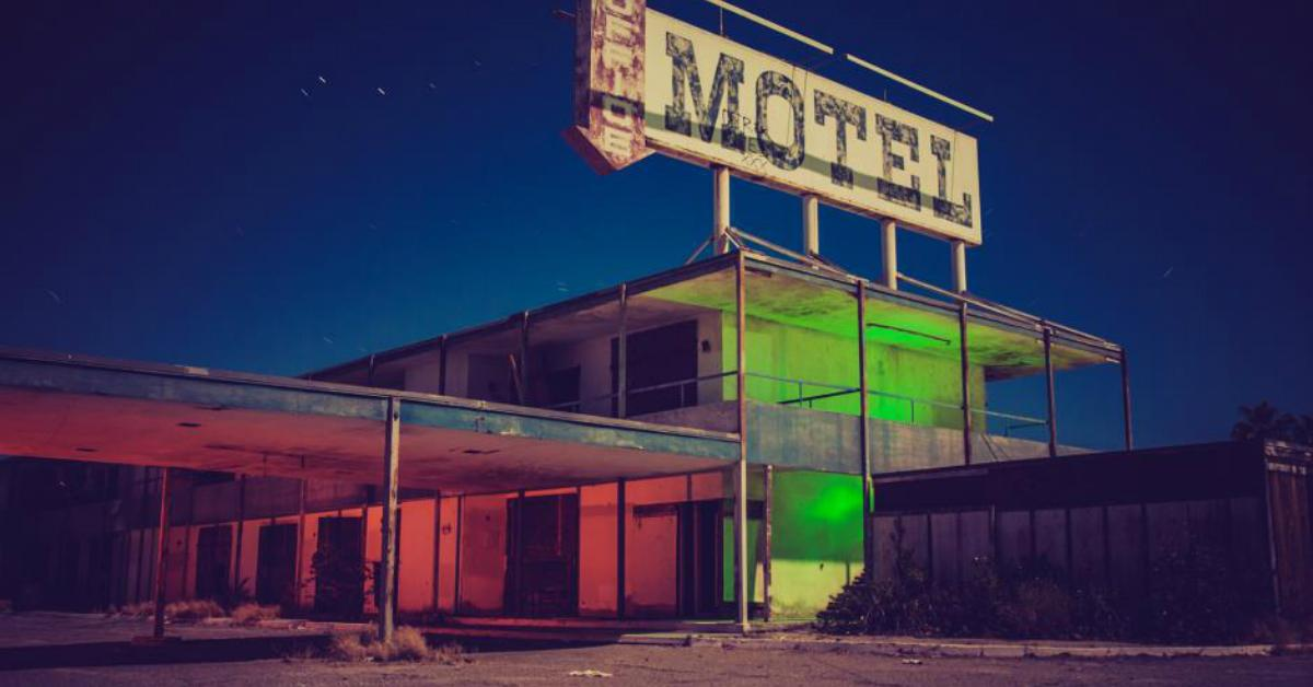 creepy-hotels-flickr-salton-sea-moonlight-motel-wayne-stadler-1546892939654.jpg