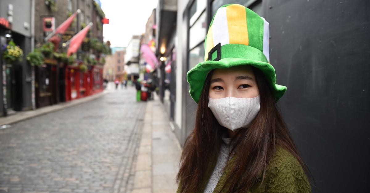 一个戴着绿色和橙色帽子的人。